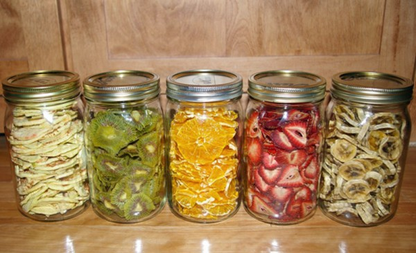 dehydrated-fruit-stored-in-jars-600x366