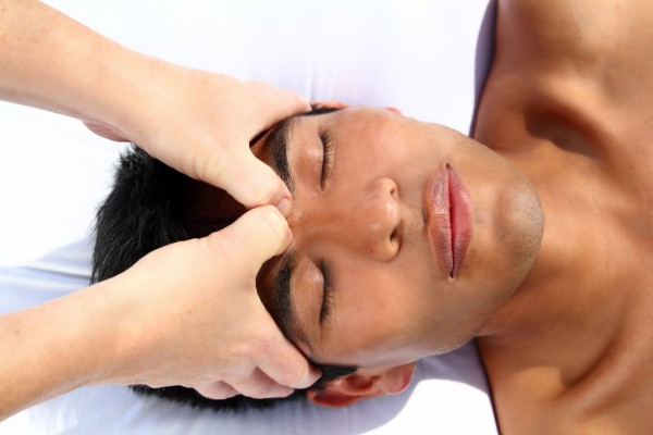 acupressure_massage on head